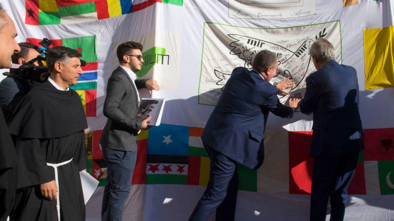 La bandiera della Pace firmata anche dal Presidente del Consiglio