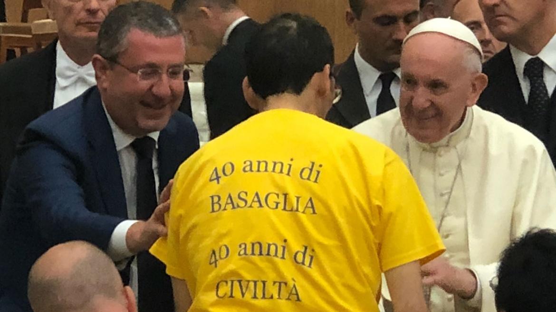 Basaglia, l'abbraccio e la carezza di Papa Francesco