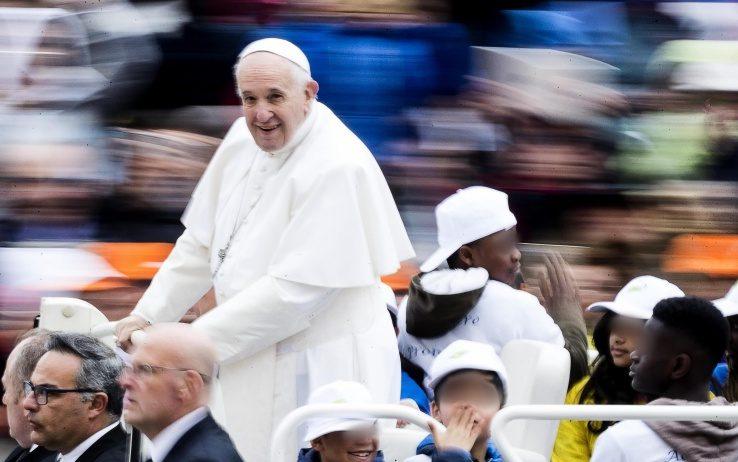 I bambini Auxilium sulla Papamobile di Francesco