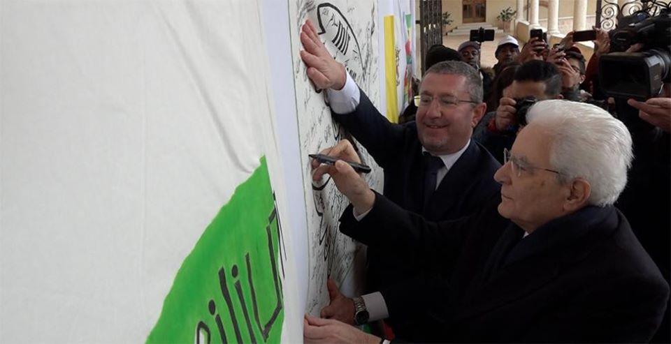 Il Presidente della Repubblica firma la Bandiera della Pace