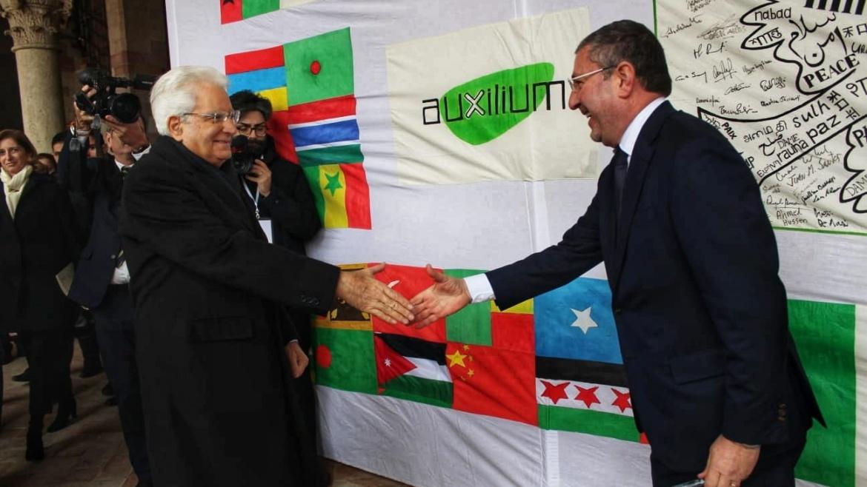Assisi, Sergio Mattarella riceve la Lampada della Pace e firma la nostra bandiera