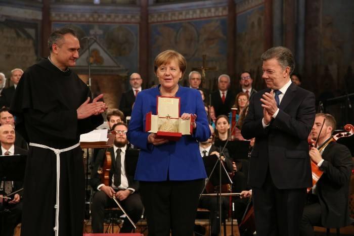 Angela Merkel riceve la Lampada della Pace ad Assisi