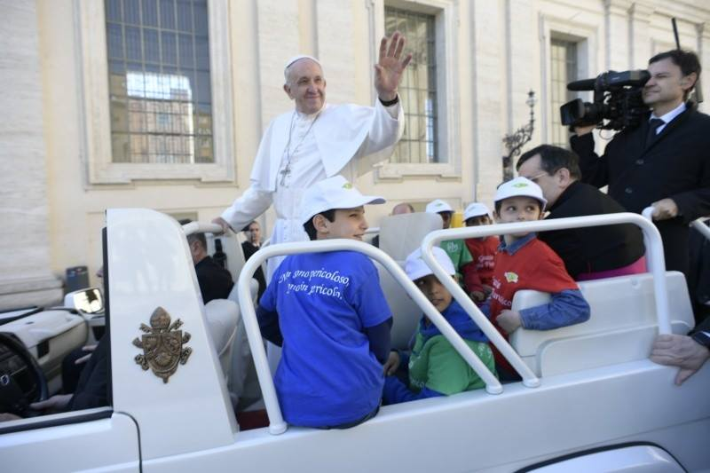 I bambini di Auxilium sulla jeep di Papa Francesco