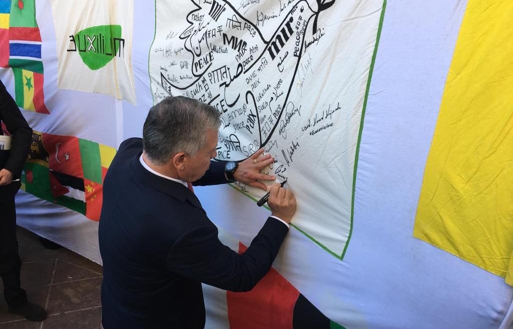 Il Re di Giordania riceve la Lampada della Pace e firma la Bandiera Auxilium