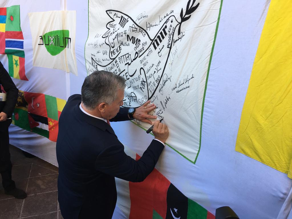 Abdullah II firma la bandiera auxilium