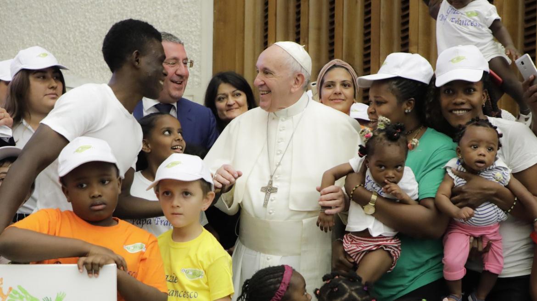 L'abbraccio di Papa Francesco agli ospiti del centro Giaccone