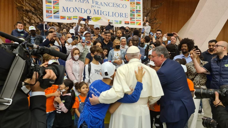 Il saluto e l'abbraccio di Papa Francesco a Mondo Migliore