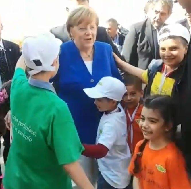 I piccoli di Auxilium corrono ad abbracciare Angela Merkel