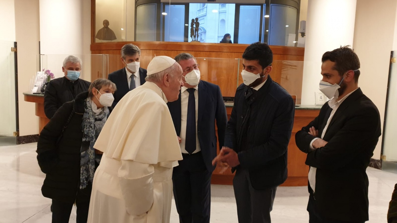 La carezza del Papa per i giovani iracheni di Auxilium