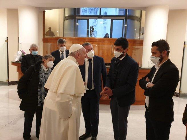 papa francesco parla con i ragazzi iracheni di mondo migliore