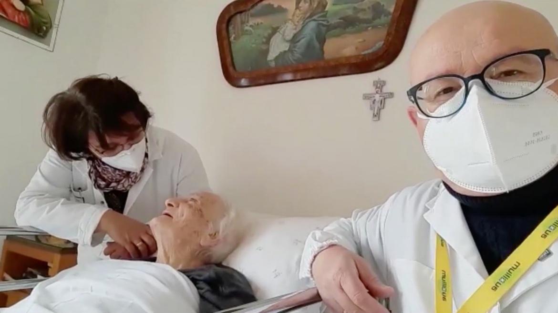 """Con il vaccino """"simm a post"""", l'invito di un'anziana signora in ADI con Auxilium"""